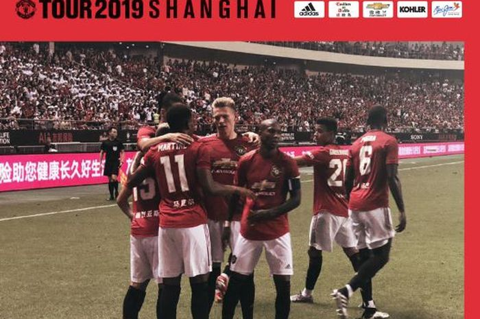 Para pemain Manchester United merayakan gol yang dicetak Anthony Martial ke gawang Tottenham Hotspur dalam laga International Champions Cup 2019 di Stadion Hongkou, 25 Juli 2019.