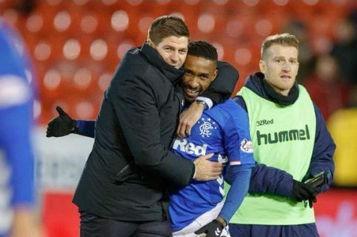 Pelatih Rangers, Steven Gerrard, berpelukan dengan Jermain Defoe.