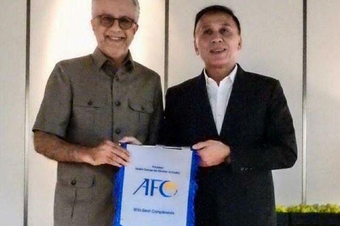 Ketua Umum PSSI, Mochammad Iriawan, bersama dengan Presiden AFC, Sheikh Salman, di Kuala Lumpur, Malaysia, Senin (11/11/2019).