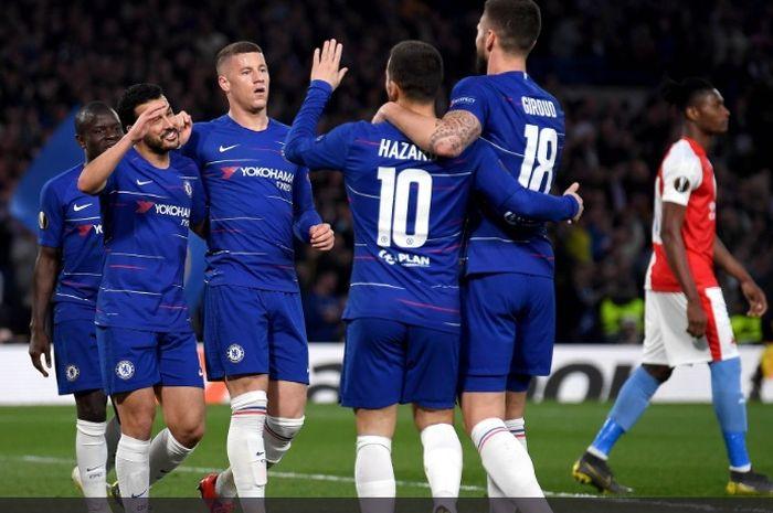 Para pemain Chelsea merayakan gol yang dicetak oleh Olivier Giroud ke gawang Slavia Praha pada pertemuan kedua perempat final Liga Europa