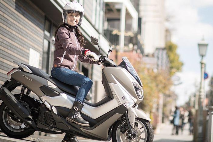 Rider wanita di atas Yamaha NMAX