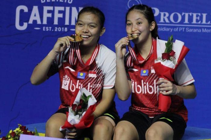 Pasangan ganda putri Indonesia, Siti Fadia Silva Ranadhanti/Ribka Sugiarto, berpose setelah memenangi Indonesia Masters 2019 Super 100 di GOR Ken Arok, Malang, Minggu (6/10/2019).