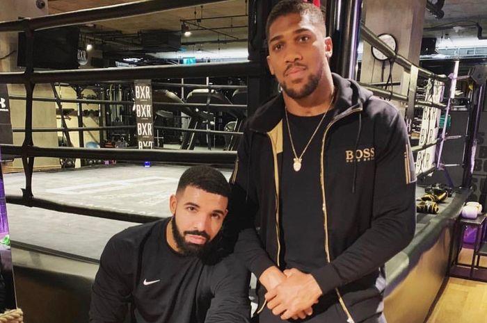 Unggahan foto Anthony Joshua (kanan) saat dirinya berkesempatan berfoto bersama rapper Kanada, Drake, pada 22 Maret 2019.