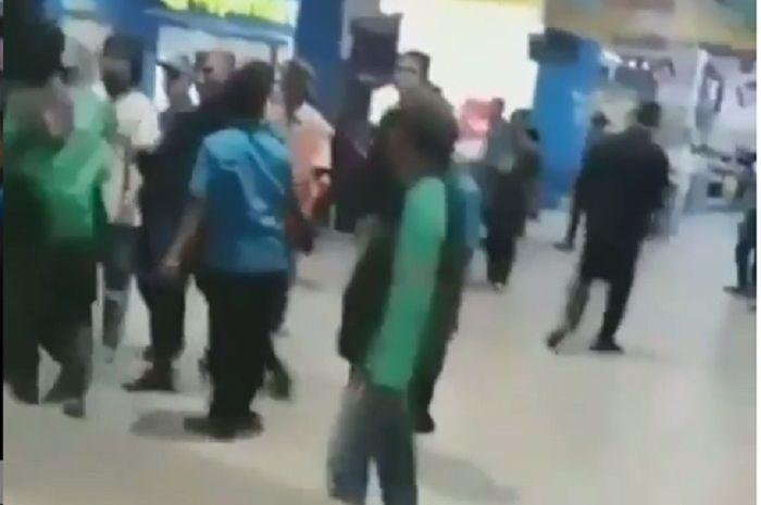 Warga negara asing bentrok dengan driver ojol di dalam mall di Tangerang.