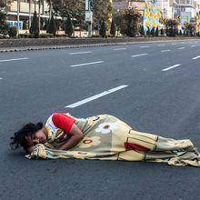 Tidur Sampai Cuci Baju di Tengah Jalan, Deretan Foto Kreatif Jakarta Sepi Saat Lebaran