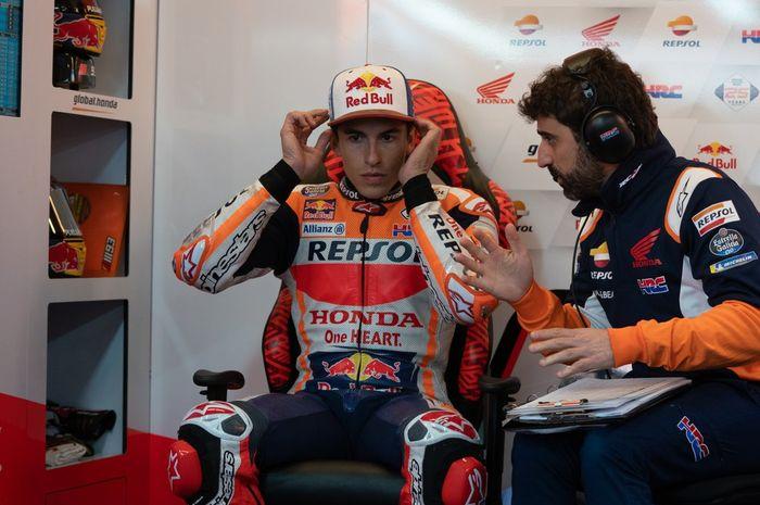 Marc Marquez saat berdiskusi dengan kru Repsol Honda pada sesi FP2 MotoGP Americas 2019, Sabtu (13/4/2019).