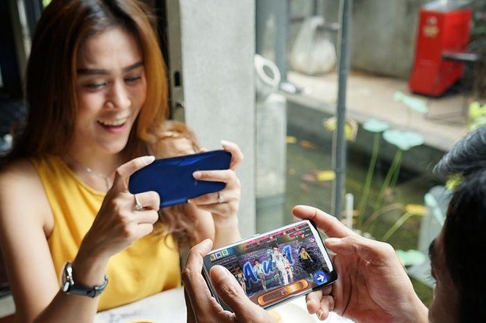 Hasil gambar untuk gambar orang sedang bermain game di handphone