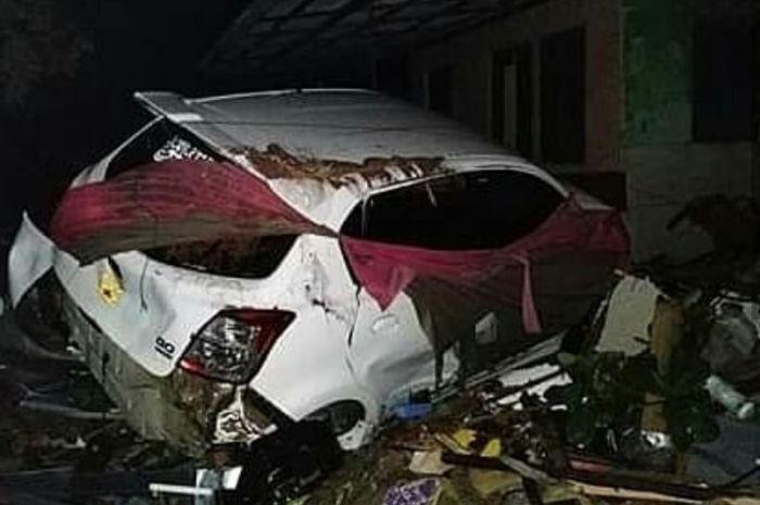 Ilustrasi mobil terkena tsunami