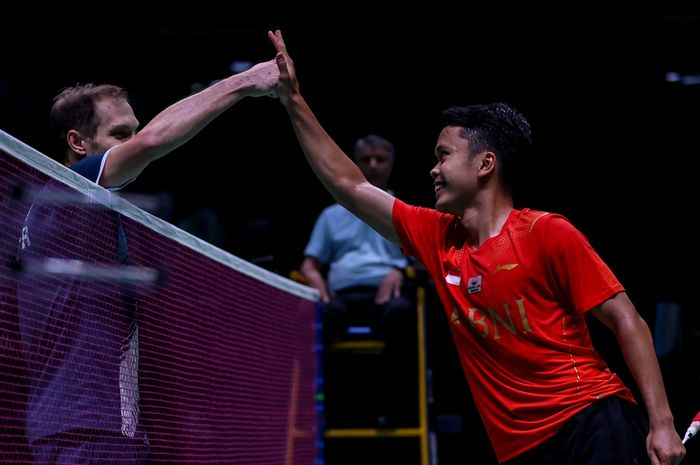Pebulu tangkis tunggal putra Indonesia, Anthony Sinisuka Ginting, melakukan tos dengan wakil NFBR (Rusia), Ivan Sozonov, yang menjadi lawannya pada pertandingan penyisihan Grup C Sudirman Cup 2021.