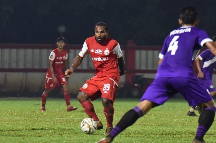 Aksi pemain Persija Jakarta, Septinus Alua pada laga uji coba melawan Persita Tangerang di Stadion PTIK, Jakarta, Senin (15/4/2019).