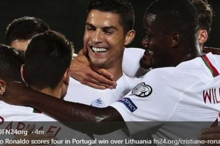 Megabintang timnas Portugal, Cristiano Ronaldo, merayakan gol ke gawang Lithuania dalam lanjutan Kualifikasi Piala Eropa 2020.