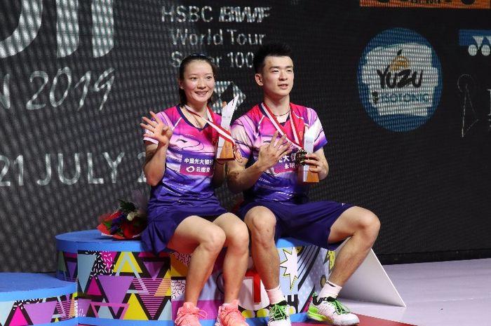 Pasangan ganda campuran China, Zheng Siwei/Huang Yaqiong, berpose di podium kampiun setelah memenangi babak final Indonesia Open 2019 di Istora Senayan, Jakarta, Minggu (21/7/2019).