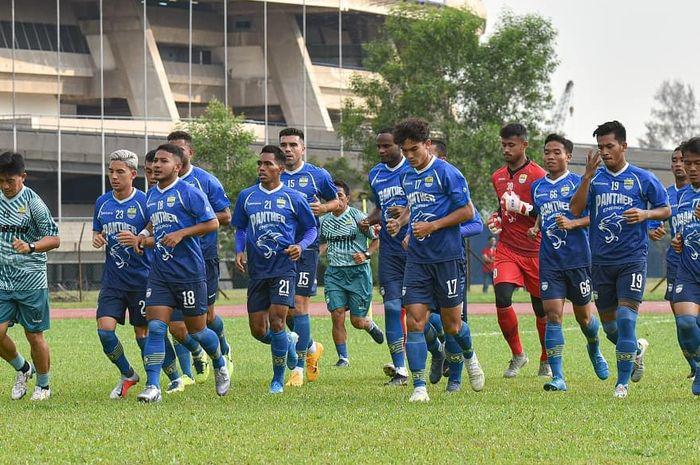 Pemain Persib Bandung saat melakukan latihan si Stadio Shah Alam, Selangor, Malaysia pada Sabtu (18/1/2020) jelang laga perdana dalam turnamen Asia Challenge 2020 melawan Selangor FA.