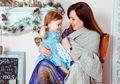 Jangan Bermain Ponsel Saat Menyusui, Bayi Berisiko Terkena Kanker