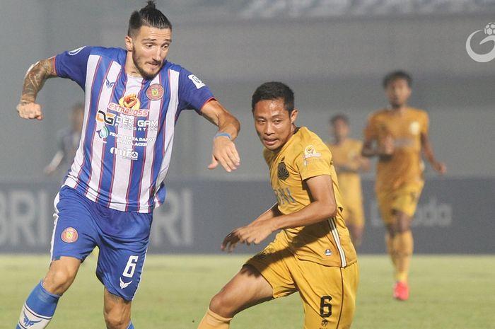 Duel pemain Persiraja Banda Aceh Vanja Markovic bersama gelandang Bhayangkara FC Evan Dimas