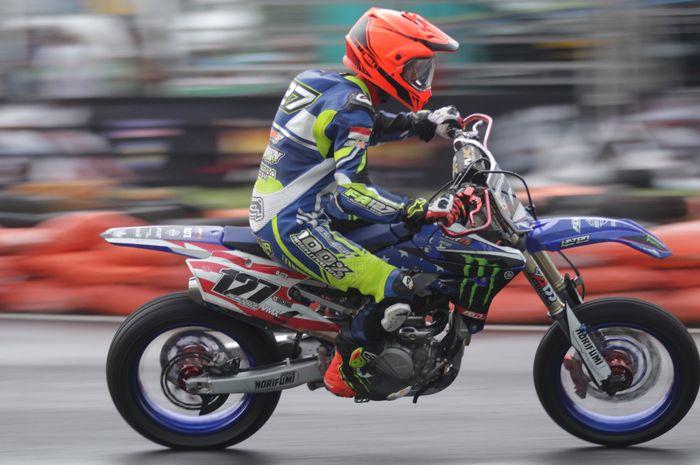 Aksi pembalap asal Malang, Farudila Adam, dalam ajang Trial Game Asphalt International Championship 2019 di Sirkuit Boyolali, Jawa Tengah, 13 Desember 2019.