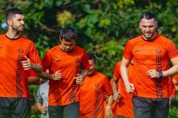 Jasmin Mecinovic, Rezaldi Hehanussa, dan Marko Simic dalam latihan Persija Jakarta.
