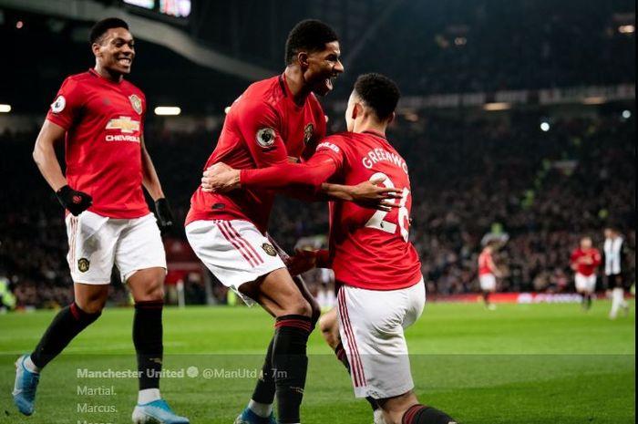 Anthony Martial (kiri ke kanan)), Marcus Rashford, dan Mason Greenwood merayakan gol untuk Manchester United ke gawang Newcastle United.