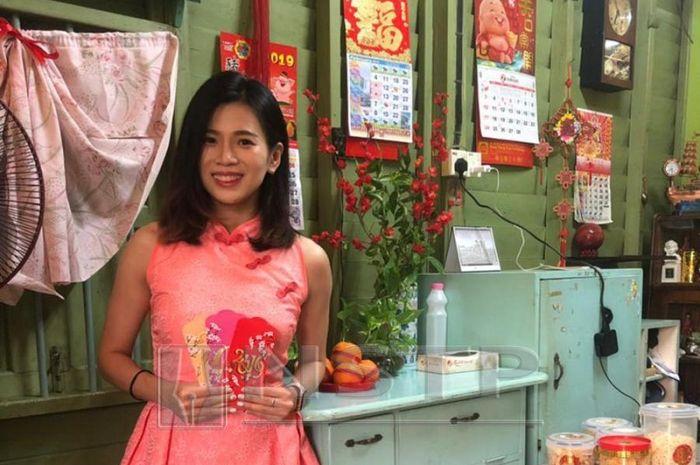 Pebulu tangkis ganda campuran Malaysia, Goh Liu Ying, berpose di rumah kakeknya pada perayaan Imlek 2019, Selasa (5/2/2019).