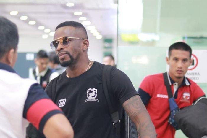 Greg Nwokolo bersama skuad Madura United saat tiba di Johor Bahru, Malaysia, Minggu (19/1/2020).