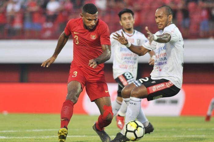 Striker timnas U-23 Indonesia Marinus Wanewar berduel dengan bek Bali United, Leonard Tupahamu, di Stadion Kapten I Wayan Dipta, Gianyar, Minggu (17/3/2019).