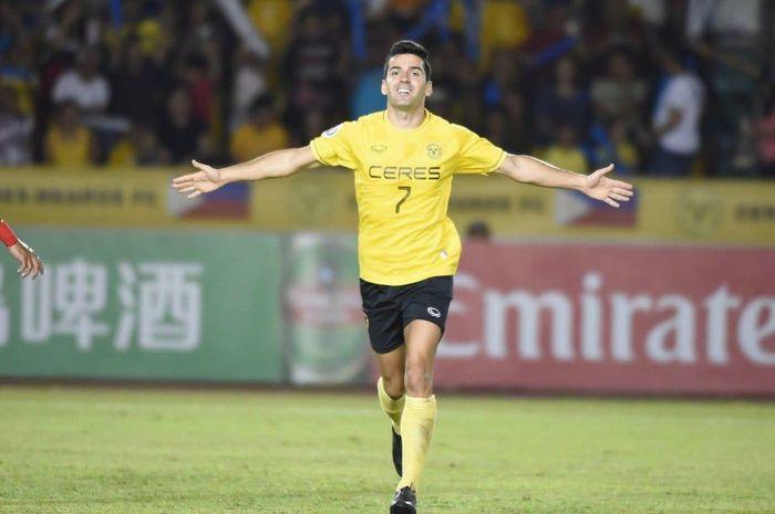 Pemain Ceres Negros, Bienvenido Maranon merayakan gol yang dicetak ke gawang Persija Jakarta, di Stadion Panaad, Bacolod, Rabu (3/4/2019).
