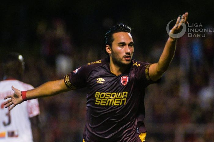 Striker PSM Makassar, Ezra Walian, merayakan gol yang dicetaknya ke gawang Persipura Jayapura pada laga tunda pekan keempat Liga 1 2019.