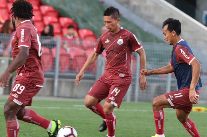 Septinus Alua, Ismed Sofyan, dan Novri Setiawan dalam official training Persija Jakarta di Stadion McDonald Jones, Newcastle, Australia, Senin (11/2/2019).