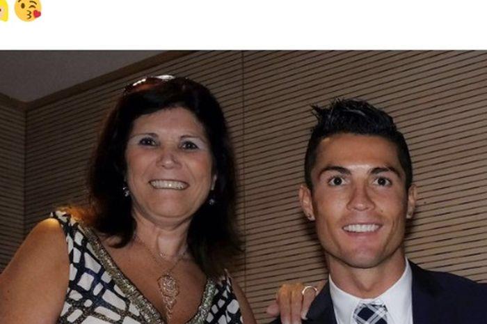 Cristiano Ronaldo bersama ibunya Dolores Aveiro.