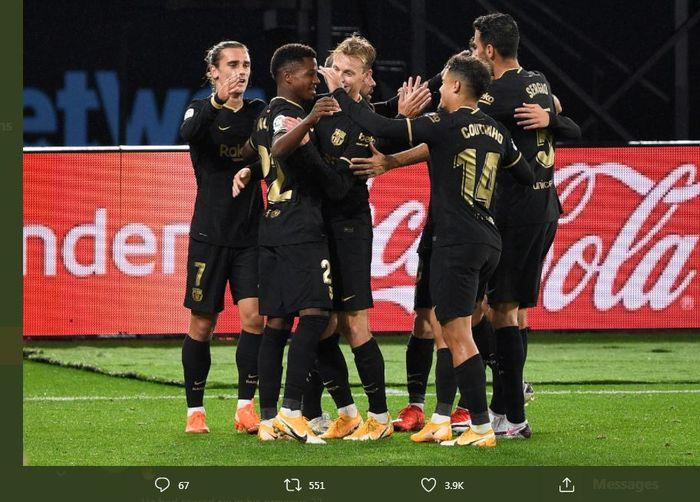 Para pemain Barcelona mengerubungi Ansu Fati setelah mencetak gol dalam laga Celta Vigo vs Barcelona, 1 Oktober 2020.