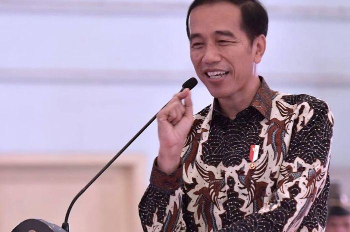 Foto Jokowi Duduk Bersimpuh di Samping Kursi Roda Istri Wapres Usai Salat Jumat Jadi Sorotan