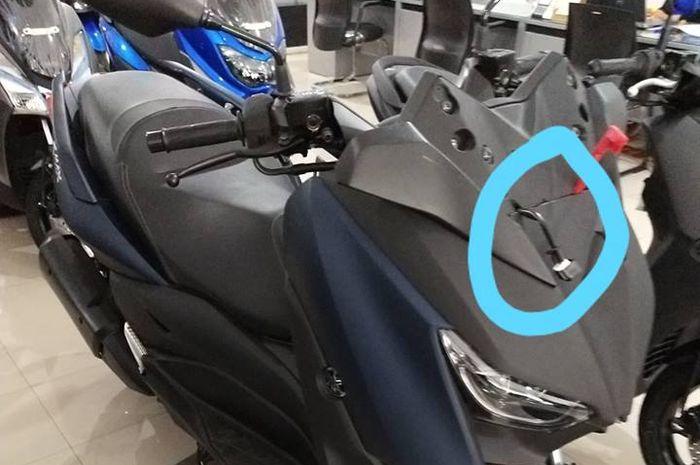 Dua kabel menjulur ke luar saat motor berada di dealer