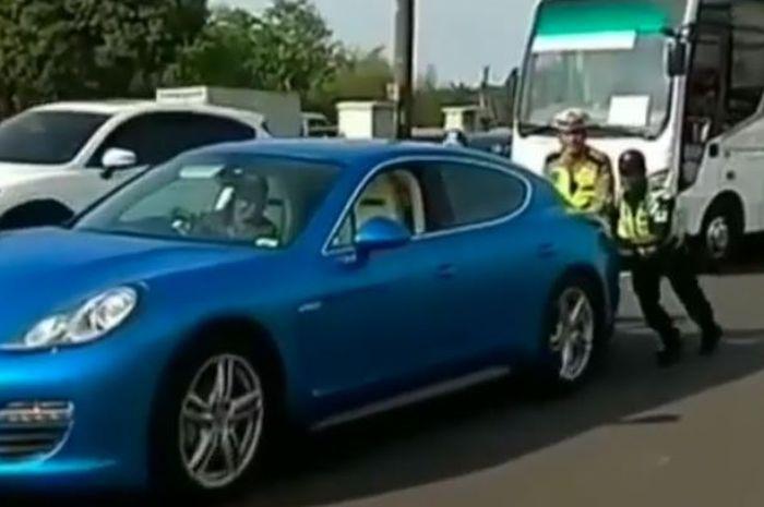 Porsche Panamera mogok di tol