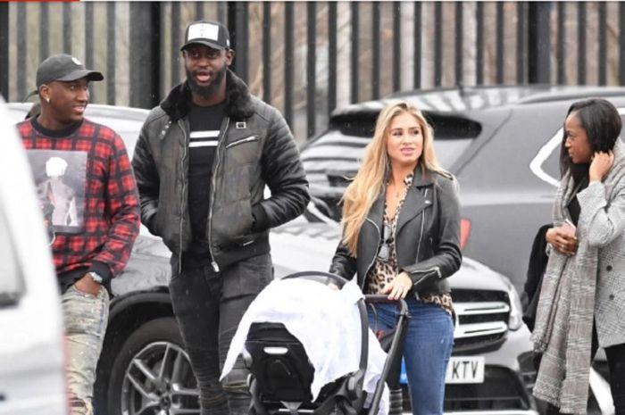 Kekasih Paul Pogba, Maria Salaues ketika membawa anak pertama buah cinta bersama gelandang Manchester United ke Old Trafford pada laga Manchester United Vs Southampton, Sabtu (2/2/2019).