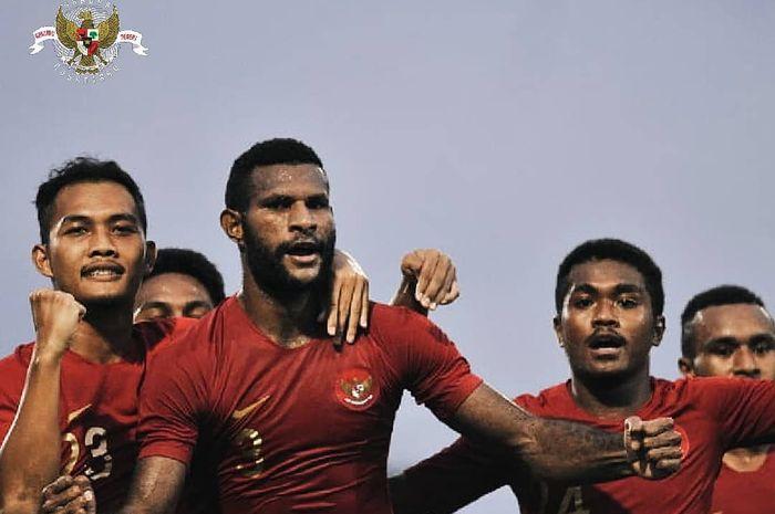 Marinus Wanewar bersama pemain timnas U-22 Indonesia merayakan gol yang dicetak saat melawan Madura United.