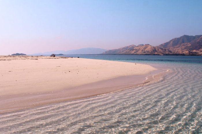 Pantai Riung, Nusa Tenggara Timur, wisata pantai yang kebersihannya terjaga dari sampah.