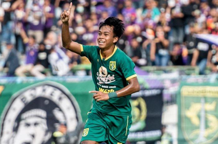 Winger Persebaya Surabaya, Mochamad Supriadi, merayakan gol yang dicetaknya pada laga pembuka Persebaya Surabaya di Piala Gubernur Jatim 2020 yang berlangsung di Stadion Gelora Bangkalan, Madura, Senin (10/2/2020).