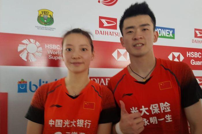 Pasangan ganda campuran China, Zheng Si Wei/Huang Ya Qiong, berpose setelah memastikan diri ke babak final Indonesia Masters 2020 di Istora Senayan, Jakarta, Sabtu (18/11/2020).