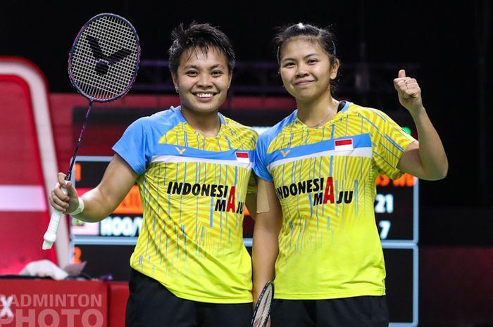 Pasangan ganda putri Indonesia, Greysia Polii/Apriyani Rahayu, berpose setelah menjalani laga kedua fase grup BWF World Tour Finals 2020 di Impact Arena, Bangkok, Kamis (28/1/2021).