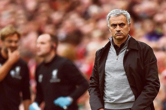 Jose Mourinho, menyampaikan pujian kepada bek Liverpool, Andy Robertson.