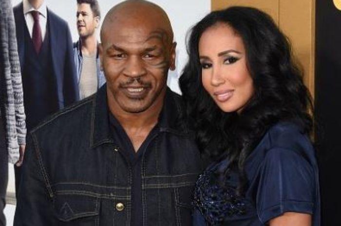 Legenda tinju dunia, Mike Tyson bersama sang istri, Lakiha Spicer.