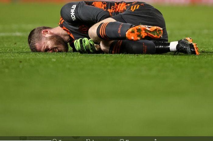 Kiper Manchester United, David de Gea yang terbaring kesakitan usai berbenturan dengan Adama Traore.