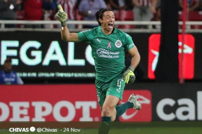 Kiper Chivas Guadalajara, Tono Rodriguez, merayakan gol yang ia cetak ke gawang Veracruz pada Senin (25/11/2019) di Stadion AKRON, Zapopan, Meksiko.