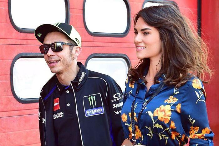 Valentino Rossi (kiri) dan Francesca Sofia Novello (kanan) saat berada di Sirkuit Mugello dalam rangkaian gelaran MotoGP Italia 2019