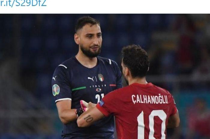Kiper timnas Italia, Gianlugi Donnarumma dan gelandang timnas Turki, Hakan Calhanoglu.