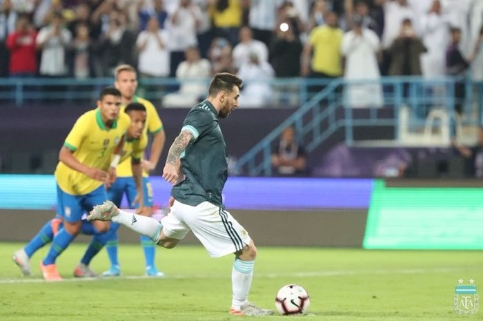 Megabintang timnas Argentina, Lionel Messi, mencetak gol dalam laga persahabatan melawan timnas Brasil di Stadion King Saud University, Jumat (15/11/2019).
