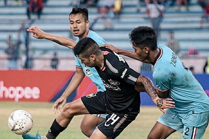 Gelandang PSIS Semarang, Jonathan Cantillana, mendapatkan pengawalan dari pemain Persela Lamongan pada laga pekan ke-23 Liga 1 2019.