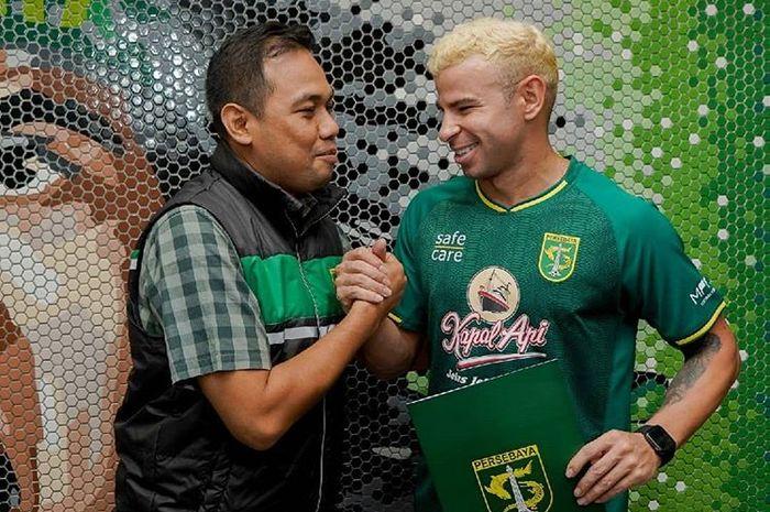 Manajer Persebaya Surabaya, Candra Wahyudi, berjabat tangan dengan penyerang asal Brasil, Diogo Campos, seusai penandatangan kontrak pada pertengahan musim Liga 1 2019.