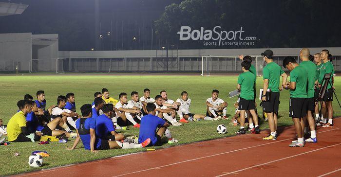 Para pemain timnas Indonesia sedang mendengar intruksi dari Shin Tae-yong dan jajaran tim pelatih di Stadion Madya, Senayan, Jakarta, 11 Mei 2021.