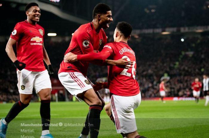 Anthony Martial (kiri ke kanan), Marcus Rashford, dan Mason Greenwood merayakan gol untuk Manchester United ke gawang Newcastle United.